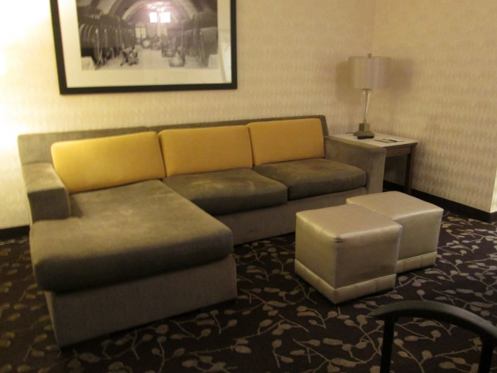 embassy-suites-napa-sitting-area (700 x 526)