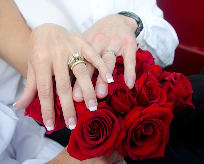 newlywed-hands-and-red-roses