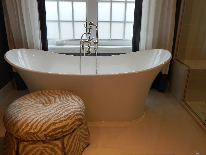deep retro soaking bathtub